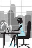 Mulher de negócio na silhueta do escritório Fotos de Stock Royalty Free