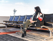 Mulher de negócio no aeroporto fotografia de stock royalty free