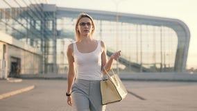 Mulher de negócio no aeroporto filme