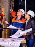 Mulher de negócio no capacete do construtor Fotografia de Stock