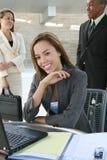 Mulher de negócio no computador Fotos de Stock Royalty Free