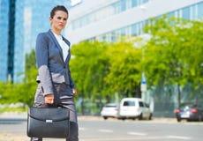 Mulher de negócio no distrito de escritório que olha na distância Foto de Stock