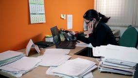 Mulher de negócio no escritório atrás do computador que faz uma chamada vídeos de arquivo
