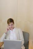 Mulher de negócio no portátil imagens de stock royalty free