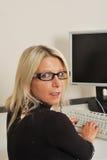 Mulher de negócio no teclado Fotos de Stock