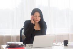 Mulher de negócio no telefone Fotos de Stock