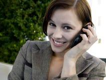 Mulher de negócio no telefone de pilha foto de stock