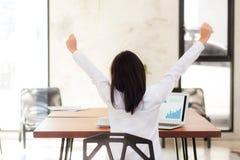 Mulher de negócio nova asiática entusiasmado e contente do sucesso com portátil Imagens de Stock