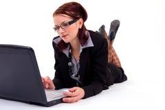 Mulher de negócio nova atrativa com um trabalho do portátil Imagens de Stock Royalty Free