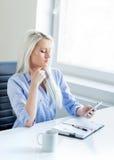 Mulher de negócio nova, atrativa e segura que trabalha no escritório Imagem de Stock Royalty Free