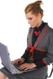 Mulher de negócio nova atrativa que senta-se na cadeira e no trabalho da barra Imagens de Stock