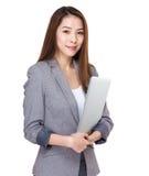 Mulher de negócio nova atrativa que senta-se na cadeira e no trabalho da barra Fotos de Stock
