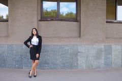 Mulher de negócio nova bonita asiática, estudante que levanta para a câmera, Fotos de Stock Royalty Free