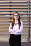 Mulher de negócio nova bonita, estudante que levanta para na câmera, manutenção programada Imagens de Stock Royalty Free