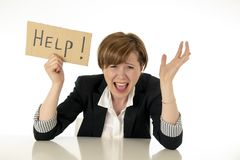 A mulher de negócio nova bonita oprime e terra arrendada desesperada um sinal da ajuda foto de stock