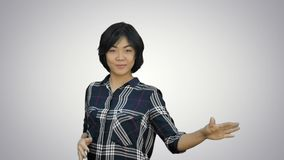 Mulher de negócio nova bonita que comemora o sucesso, dança, olhando a câmera no fundo branco video estoque