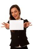 A mulher de negócio nova bonita que mostra um cartão vazio isolou o ove Fotos de Stock