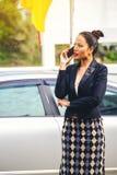 Mulher de negócio nova bonita tailandesa asiática no telefone contra fotos de stock
