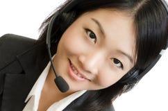 Mulher de negócio nova com auriculares Imagens de Stock