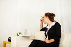 Mulher de negócio nova com esforço foto de stock