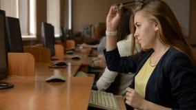Mulher de negócio nova com funcionamento de vidros no computador filme