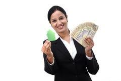 Mulher de negócio nova com modelo da casa Fotografia de Stock