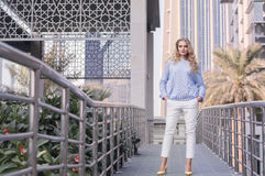 A mulher de negócio nova com na moda compõe, penteado encaracolado Imagens de Stock