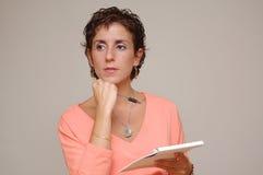 Mulher de negócio nova com pena e caderno Fotos de Stock Royalty Free