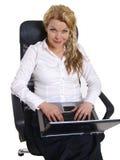 Mulher de negócio nova com portátil Imagens de Stock Royalty Free