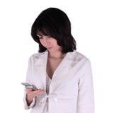 Mulher de negócio nova com telefone de pilha Imagens de Stock