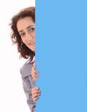 Mulher de negócio nova da beleza atrás do papel Fotografia de Stock