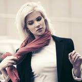 Mulher de negócio nova da forma que anda na rua da cidade fotografia de stock royalty free