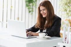 Mulher de negócio nova de Ásia em um café Fotos de Stock Royalty Free