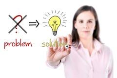 A mulher de negócio nova elimina o problema e encontra a solução, fundo branco. imagens de stock