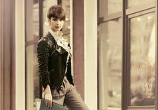 Mulher de negócio nova feliz da forma no casaco de cabedal com dobradores Fotografia de Stock