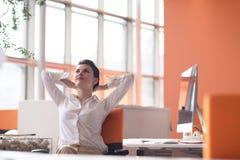 Mulher de negócio nova feliz que relaxa e que obtém o insiration Imagens de Stock
