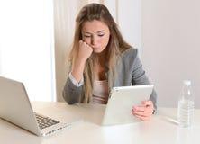 Mulher de negócio nova forçada no trabalho Imagem de Stock
