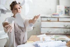 Mulher de negócio nova na raiva imagem de stock