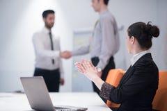 Mulher de negócio nova na reunião usando o laptop Imagem de Stock Royalty Free