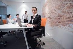 Mulher de negócio nova na reunião usando o laptop Fotografia de Stock Royalty Free