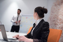 Mulher de negócio nova na reunião usando o laptop Imagens de Stock Royalty Free