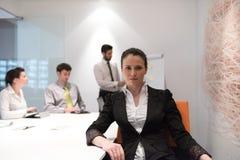 Mulher de negócio nova na reunião usando o laptop Imagens de Stock