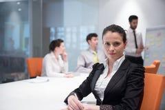 Mulher de negócio nova na reunião usando o laptop Foto de Stock
