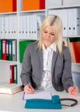 Mulher de negócio nova no escritório Fotografia de Stock