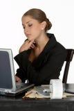 Mulher de negócio nova no pensamento no computador Fotografia de Stock Royalty Free