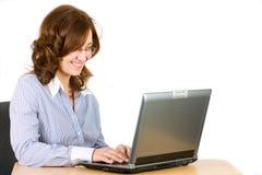 Mulher de negócio nova no portátil Fotografia de Stock