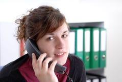 Mulher de negócio nova no telefone Fotografia de Stock
