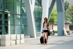 Mulher de negócio nova que anda fora da plaza de compra com ela Fotografia de Stock