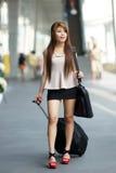 Mulher de negócio nova que anda fora da plaza de compra com ela Fotos de Stock Royalty Free