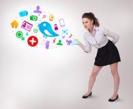 Mulher de negócio nova que apresenta ícones sociais coloridos Imagem de Stock Royalty Free